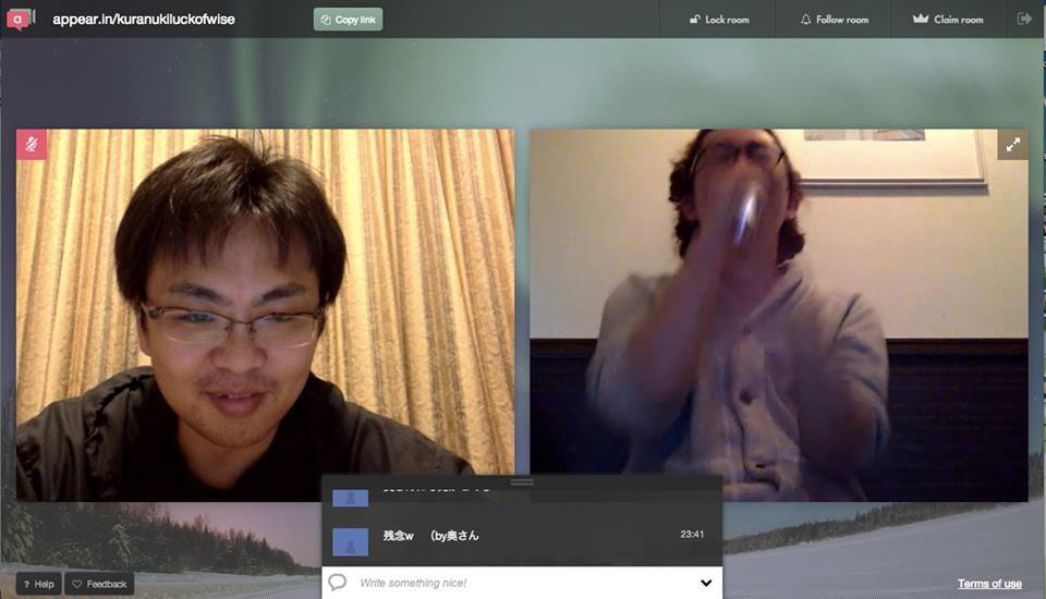熱唱している野上氏(右)。それを冷静に見つめる倉貫社長(左)