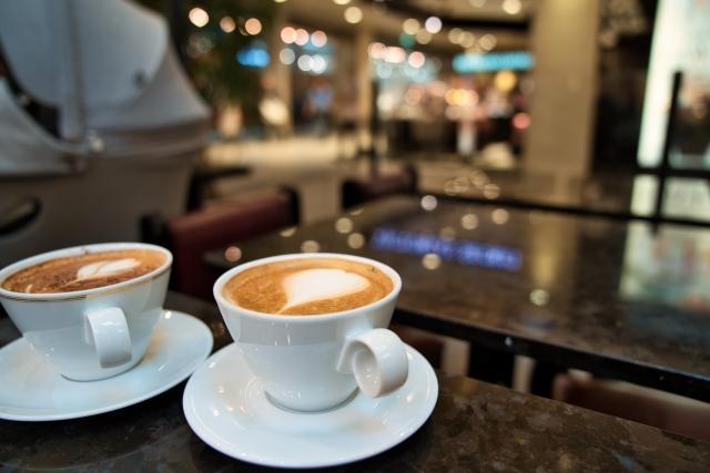 最近のカフェ、どこへ行ってもwi-fiもコンセントもあってとっても便利です。